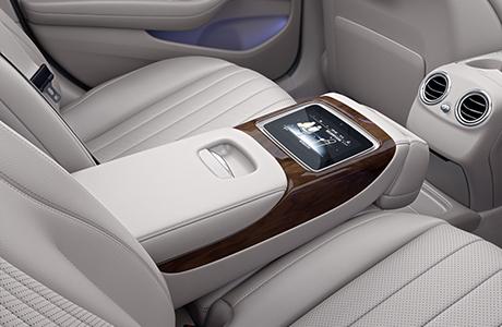 装配中央触控屏的电动后排座椅,尊享舒适